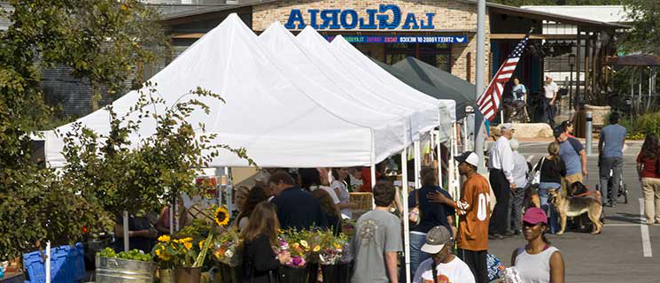 Farmer's Market in San Antonio, one of the area activities near the 澳门人威尼斯app手机官网德州 campus, along with student events and clubs.